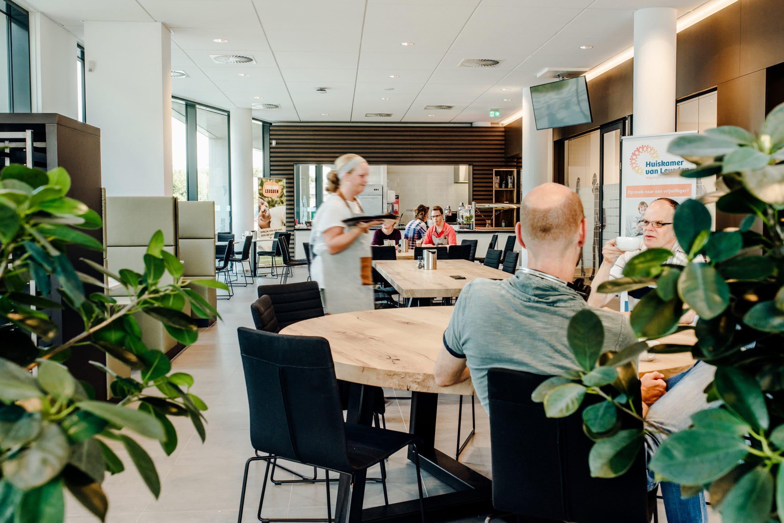 Mensen met een beperking werken in de bediening bij Huis van Leusden, mooi voorbeeld van sociale cohesie!